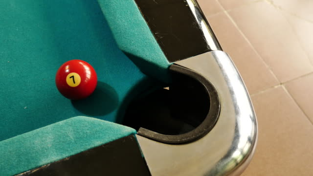snooker player shoot ball no 7 into hole video