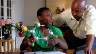 Son père de la Science montre Son projet d'une Molécule - Vidéo