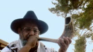 Sounding a shofar video