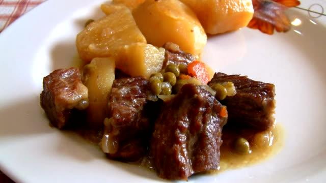Spezzatino di carne con patate e piselli video