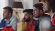 Les fans de Sport assis sur le canapé en regardant la télévision et les acclamations - Vidéo