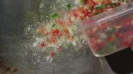 Starting to Cook a Paella - Empezando a Cocinar  Paella video
