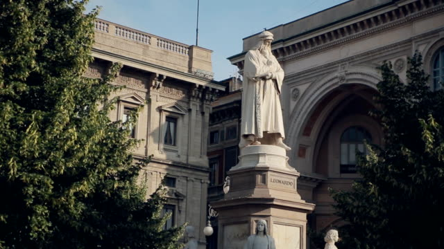 Statue of Leonardo da Vinci in Milan video