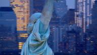 Statue de la liberté au coucher du soleil, gros plan d'une vue aérienne - Vidéo
