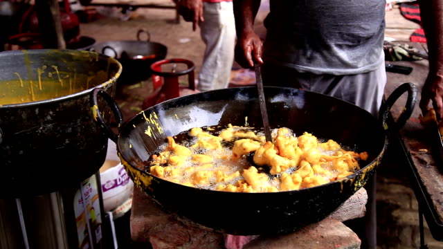 Street seller frying pakode video