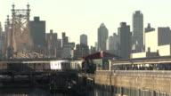 Métro de l'arrivée avec vue sur la ville de New York - Vidéo