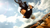 HD Super Slow-motion: Bmx sol Rider Performing Sauter en arrière - Vidéo