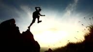 HD Super Slow-motion: Saut de randonnée du Rock - Vidéo