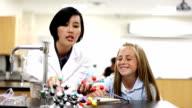 Enseignant enseignement jeune Étudiant en classe de sciences - Vidéo