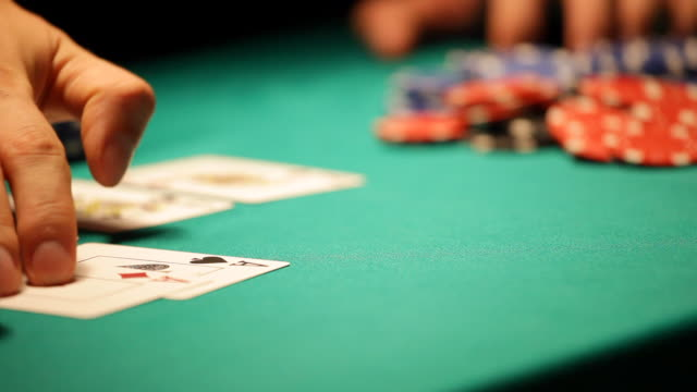 HD: Texas Hold'em Poker, checking cards video