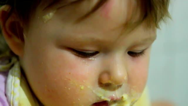The child eats porridge messy video