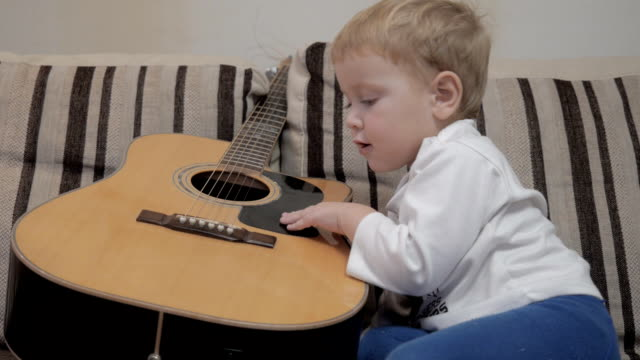 The child plays the guitar video