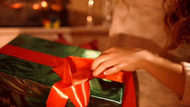 The girl opens gift video