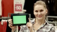 The seller shows the tablet with the green screen in mall video