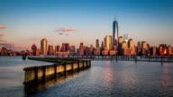 Timelapse avec le coucher du soleil et de la lune se lever au-dessus du quartier financier de New York - Vidéo