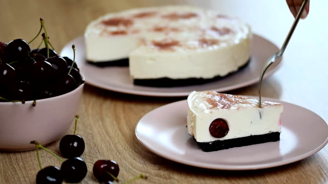 To eat cheesecake with cherries video