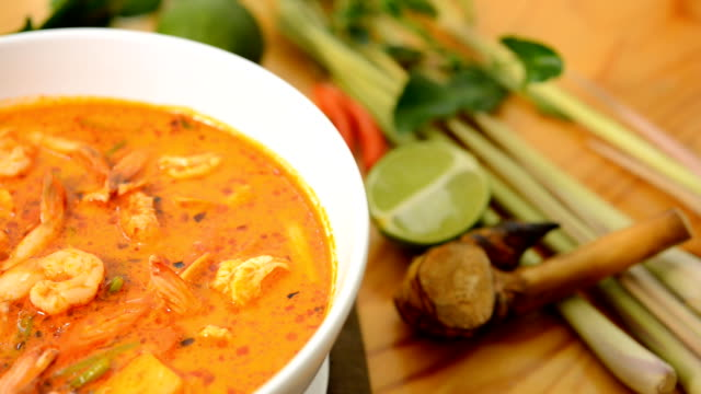 Tom Yum Kung thaifood,or Sour prawn soup, video
