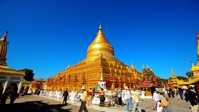 Tourist visiting Shwezigon pagoda in Bagan video
