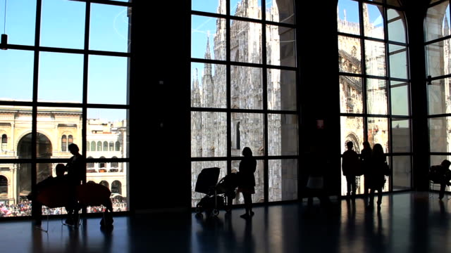 Tourists looking at the Duomo video
