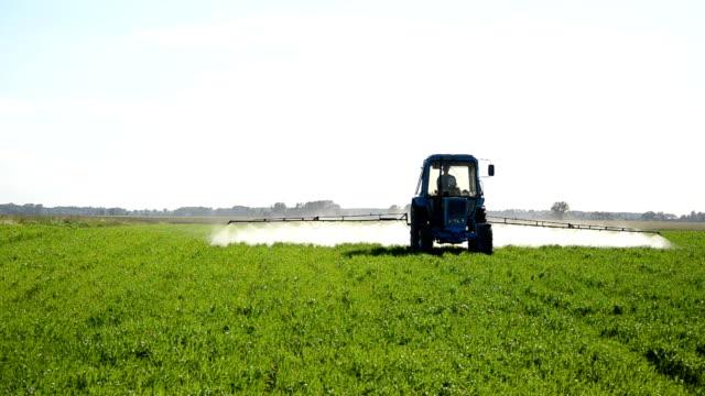tractor fertilize field video