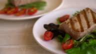 tuna steak with salad video