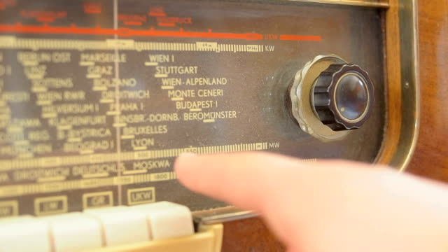 Tuning an old radio video
