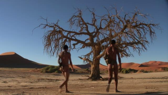 Two bushmen_Sossus_Baum_San video