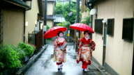 Two maikos walking in the streets of Gion, Kyoto video
