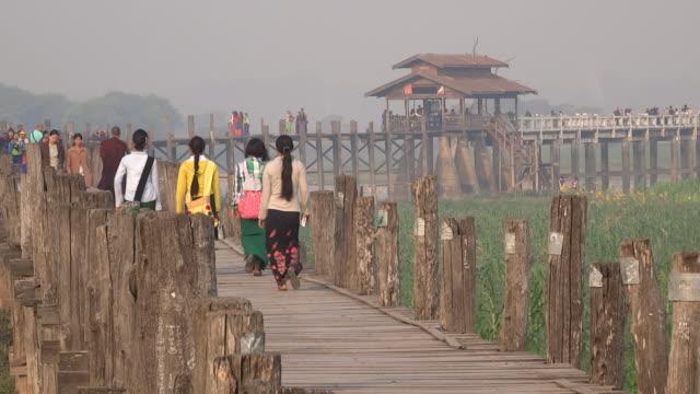 u bein bridge people walking video