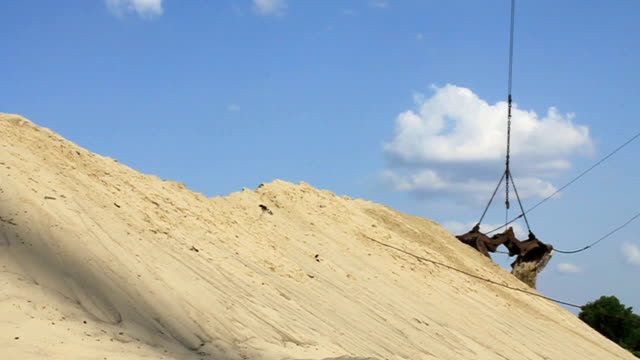 Unloading of sand video