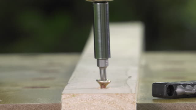 unscrewing a wood screw with an electric screwdriver video