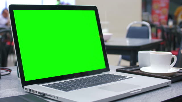 Using on Laptop with green screen in a restaurant video