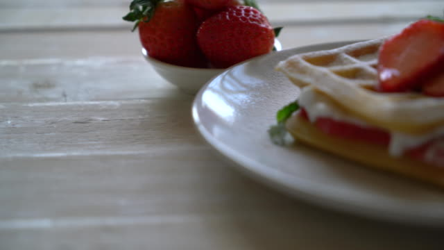 waffle with strawberry video