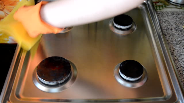 Washing a household stove by a man. video