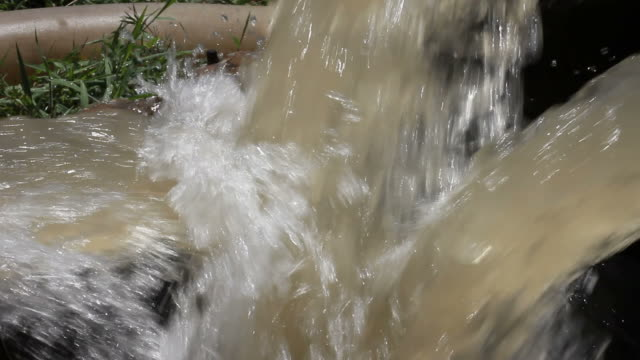 Water flow pipe end collisions. video