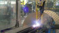 Welding robots represent the movement. In the automotive parts industry. video
