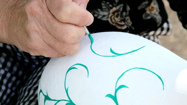 woman paints a calabash video