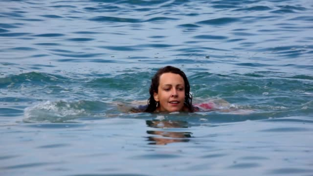 Woman swims in sea, then got out of water video