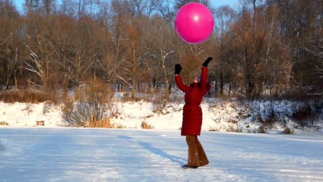 Woman throws up big air-balloon in snowfield video