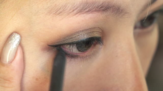 woman using eyeliner makeup beauty video