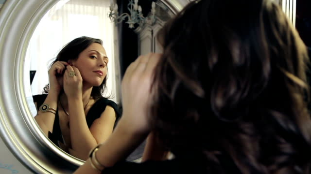 Women preen about mirror video