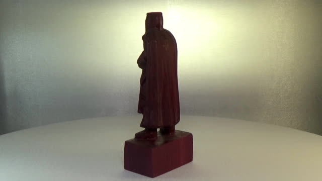 Woodcarving amarant. The figure of the Crusader is carved from wood. Sculpture of the Knight Templar video
