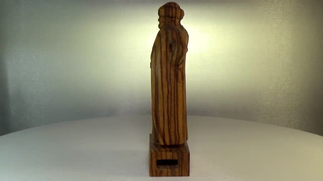 Woodcarving zebrano. Figurine of an Arab merchant carved from wood video