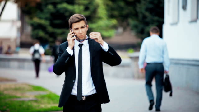 Young businessman talking on the phone. video