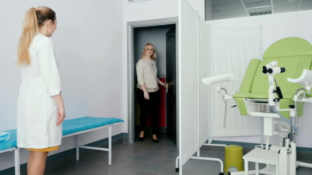 Young girl come to the hynekoloh in clinic video