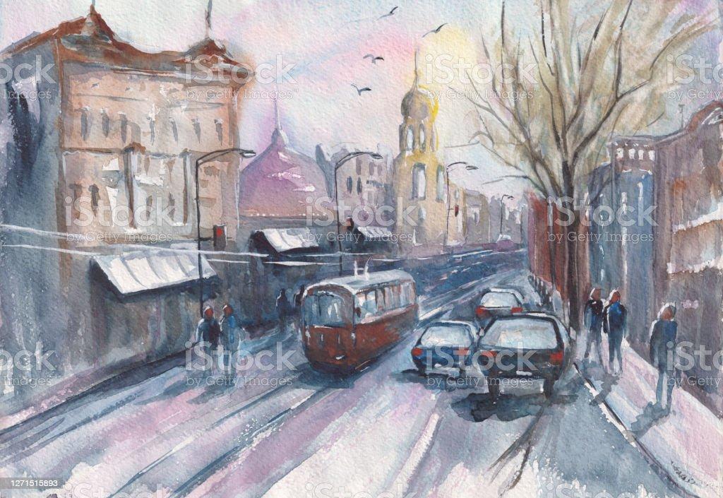 Stadsbilden. Akvarellritning av stadsgatan med bilar och spårvagnar på vägen. Historiska hus och tempel. solnedgång rosa himmel. gående människor. handritning - Royaltyfri Affisch Illustrationer