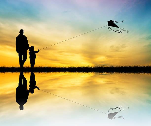 ilustrações, clipart, desenhos animados e ícones de pai e filho com kite ao pôr-do-sol - feliz dia dos pais