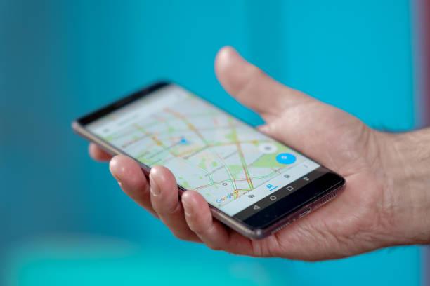 bir konumu google haritalar'da cep telefonu gps navigasyon kullanarak bulma - google stock illustrations