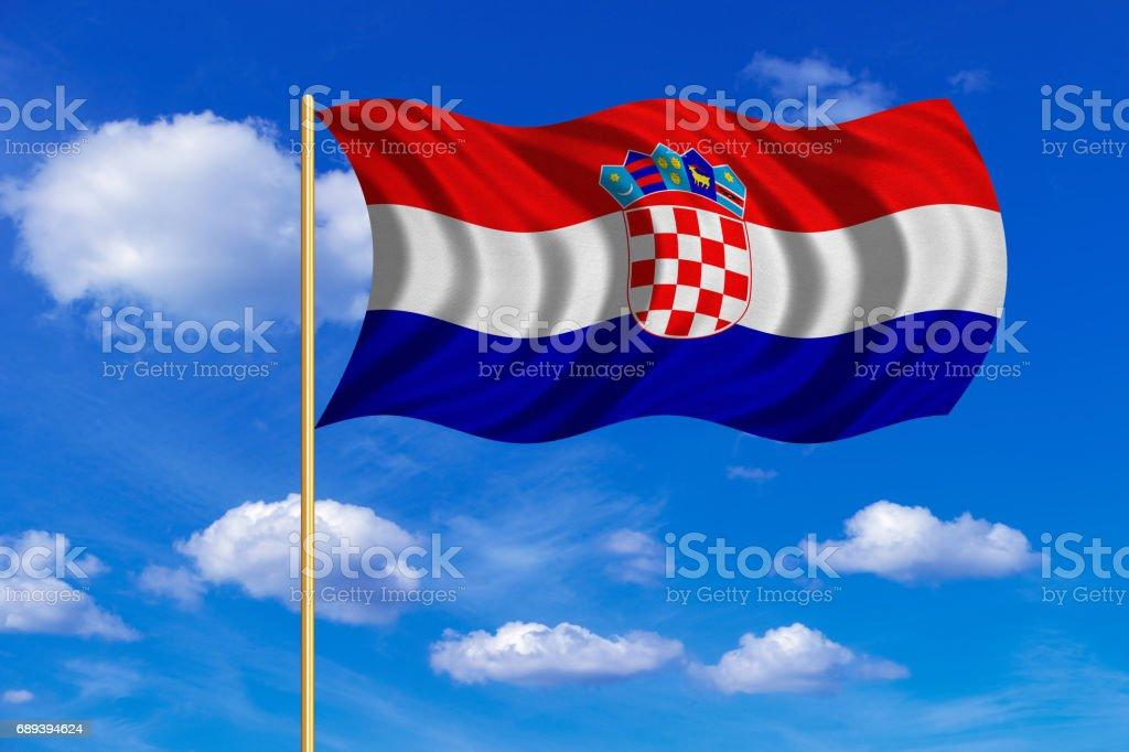 Bandera de Croacia que agita sobre fondo de cielo azul - ilustración de arte vectorial