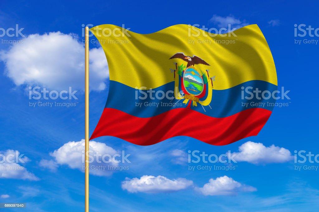 Bandeira do Equador acenando sobre fundo de céu azul - ilustração de arte em vetor